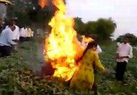 जेसीबी लेकर पहुंचे अफसरों से फसलों को बर्बाद न करने महिला ने लगाई गुहार